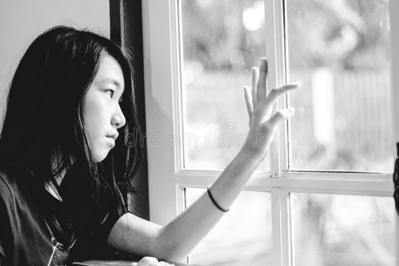 Tryck ned och den hopplösa flickan med frånvarande sinnat se utanför fotografering för bildbyråer