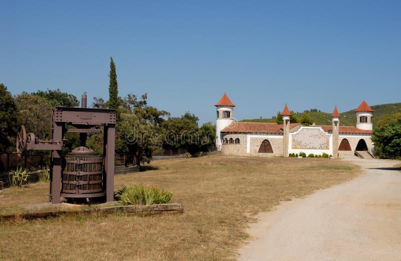 Tryck på för att pressa oliven och för att dra ut oljan i kullarna i Spanien arkivbilder