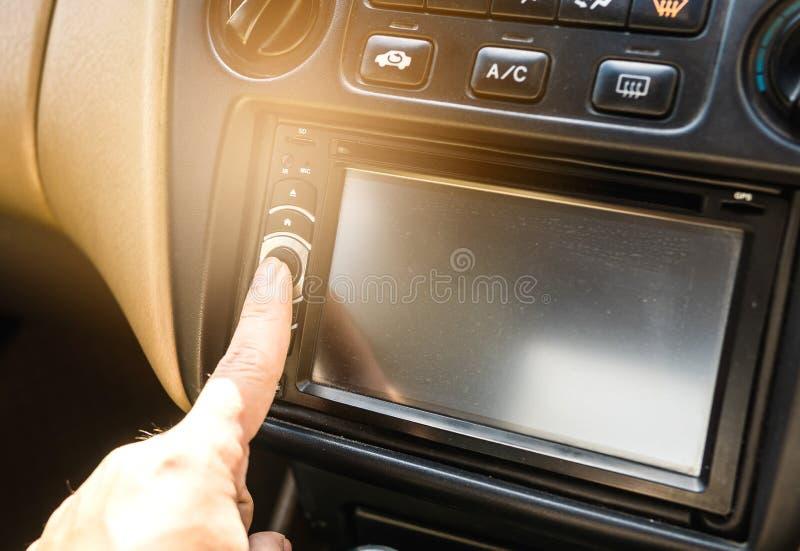 Tryck på maktknappen på bilstereon arkivfoton