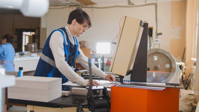 Tryck på operatörsarbeten i en typografisk maskin arkivfoto