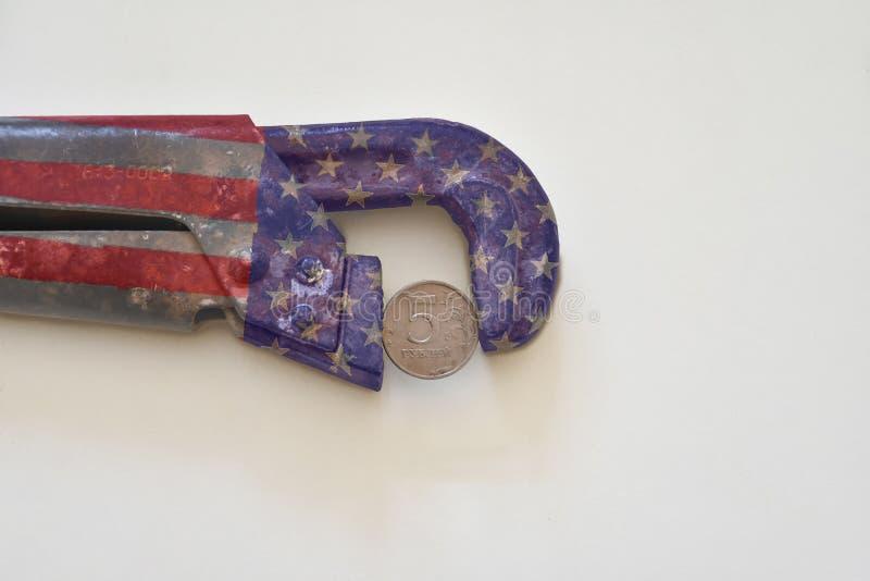 Tryck på valutan Begrepp av valuta under tryck USD och RUBryssrubel arkivbild