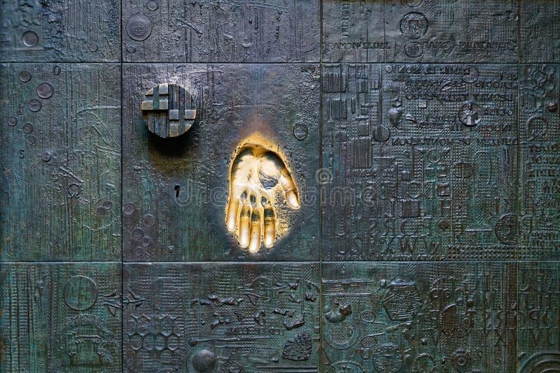 Trycka på den guld- handen på dörren, ett symbol av fingeravtrycket royaltyfri foto