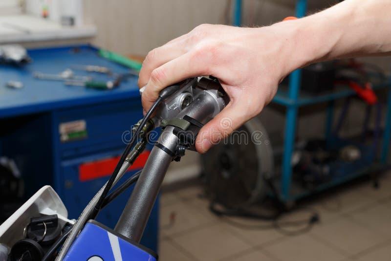 Trycka på för hand denkörning knappen på motorcykeln arkivfoton