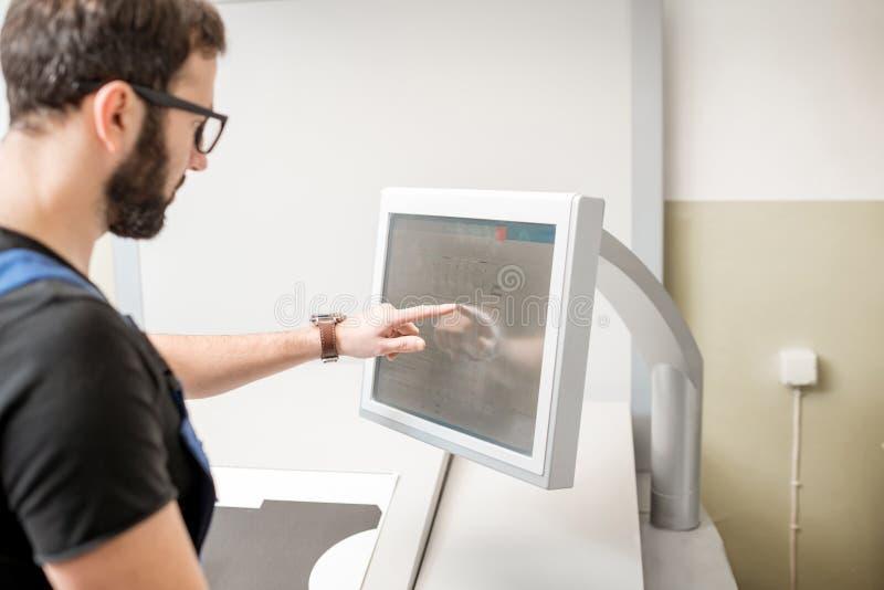 Trycka på skärmen av printingmaskinen arkivbild