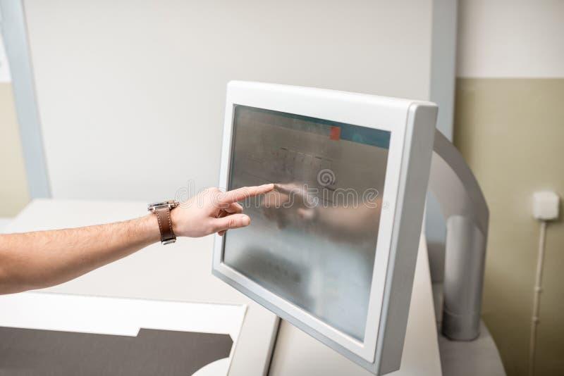 Trycka på skärmen av printingmaskinen arkivfoton