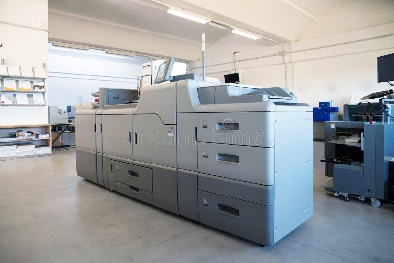 Trycket shoppar - maskinen för Digital pressprinting arkivbilder