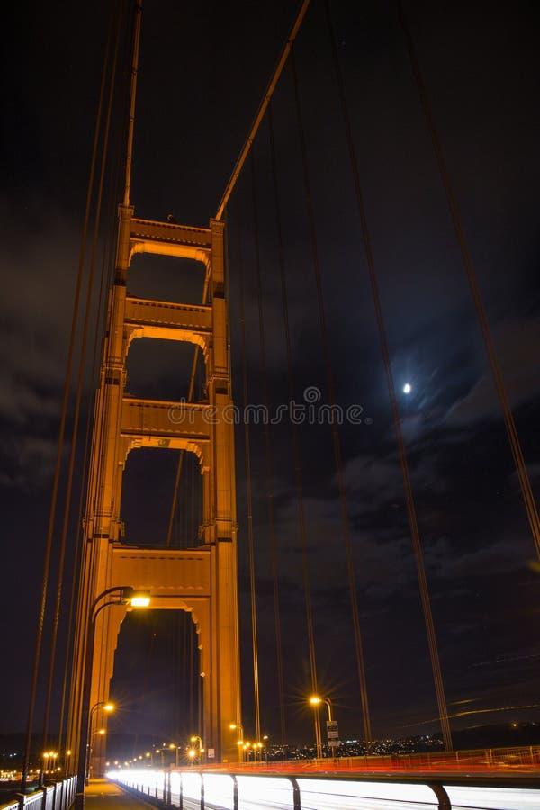 Tryckning av bilar på Golden gate bridge, San Francisco, Kalifornien arkivfoto