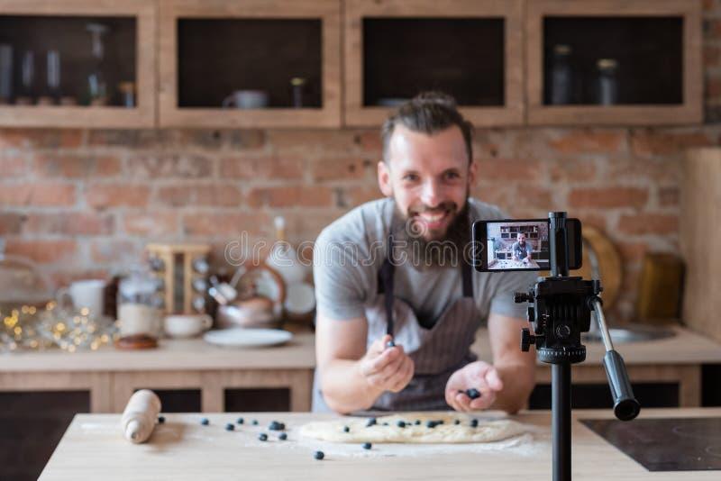 Tryckning för video för kock för man för arbete för matbloggerlivsstil royaltyfri fotografi