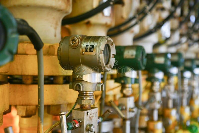 Trycksändaren i fossila bränslenprocess, överför signalen till kontrollant- och läsningtryck i systemet, sändare i olja royaltyfria bilder