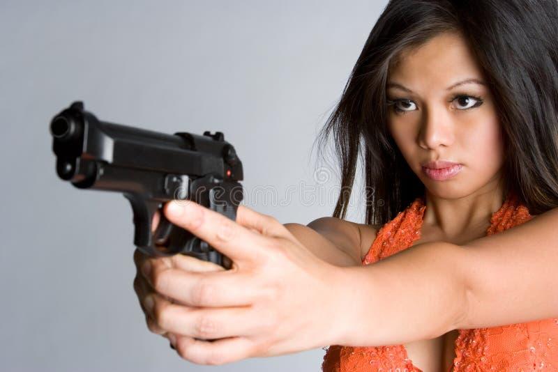 tryckspruta som pekar kvinnan fotografering för bildbyråer