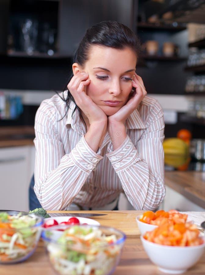 tryckt ned SAD kvinna för kök royaltyfri bild