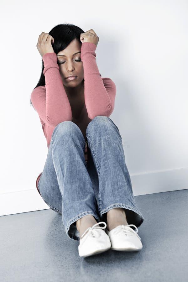 tryckt ned sittande kvinna för golv arkivbilder