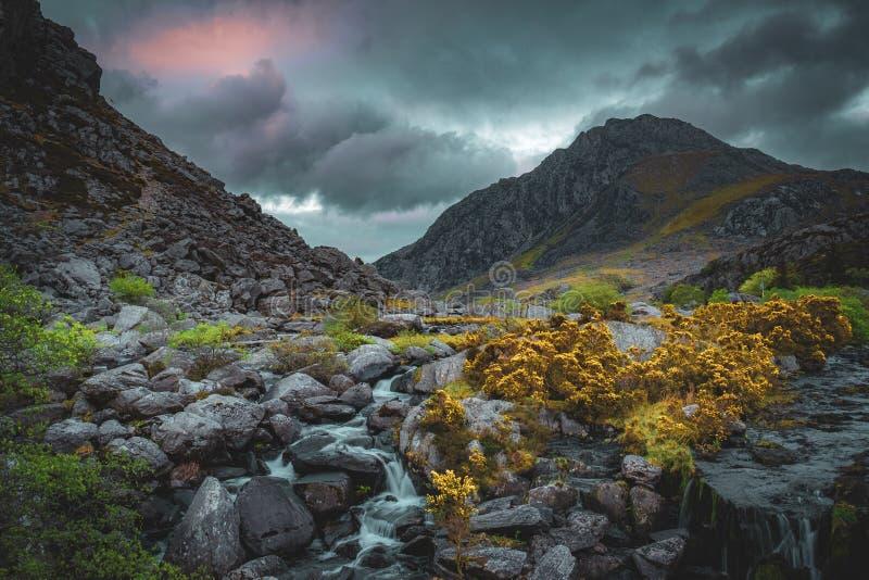 Tryfan山和Afon Ogwen 免版税库存照片