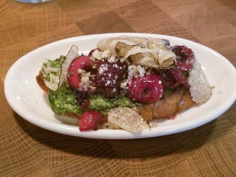 Tryffel Bruschetta för lunch - som mycket är ny på den italienska restaurangen arkivfoto