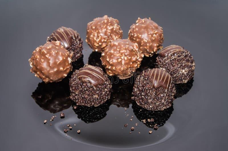 Tryffel för söt choklad för sortiment med muttrar arkivbild