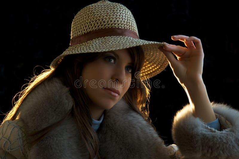 Tryimg de la señora joven en un sombrero foto de archivo libre de regalías