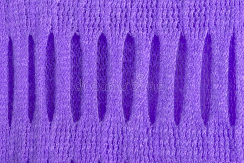 Trykotowa woolen tekstura z pięknym holey maswerkiem ultrafioletowy dla abstrakta wzoru tło zdjęcia stock