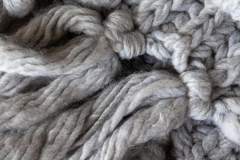 Trykotowy woolen szalik z kitkami, makro- Miękkiej części wełny popielaty merynosowy tło, zbliżenie Jesieni i zimy mieszkanie nie obraz stock