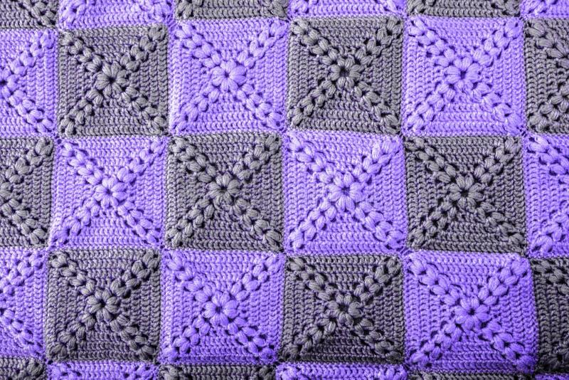 Trykotowych handmade colourful koc ultrafioletowi kolory Kolorowego oryginału trykotowa handmade praca Szydełkowi ściegi Nieocios zdjęcia stock