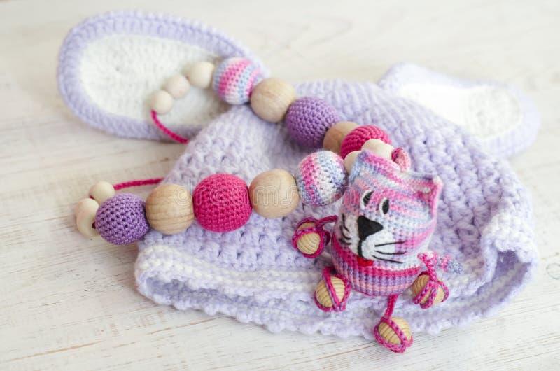 Trykotowych menchii pasiasty handmade wykonujący ręcznie kot Dziecka ` s zabawka Szydełkuje wzór zdjęcie stock