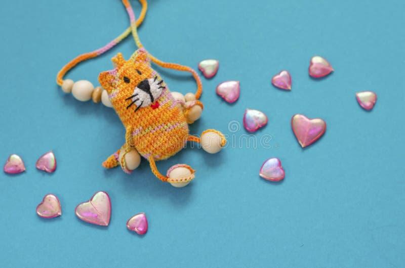 Trykotowych menchii pasiasty handmade wykonujący ręcznie kot Szydełkuje wzór Rękodzieło produkcja to walentynki dni Marcowy ` s k obraz stock