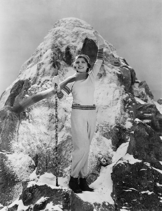 Tryumfalna kobieta przy halnym szczytem (Wszystkie persons przedstawiający no są długiego utrzymania i żadny nieruchomość istniej fotografia royalty free
