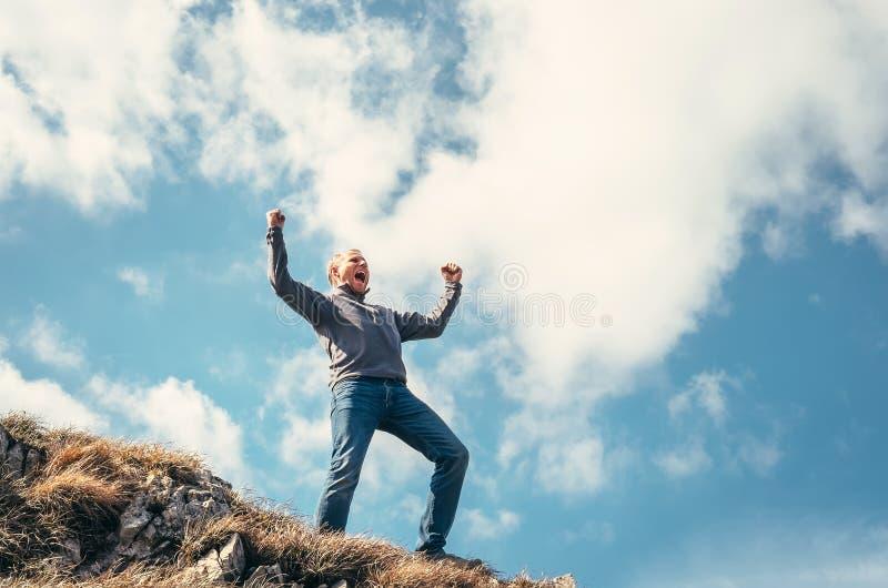 Tryumfujący mężczyzna na wierzchołku halny szczyt zdjęcie royalty free