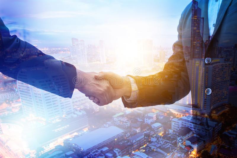 Trząść ręki i negocjuje z partnerem pomyślnym zdjęcia royalty free