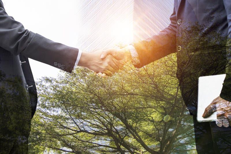 Trząść ręki i negocjuje z partnerem pomyślnym obrazy stock