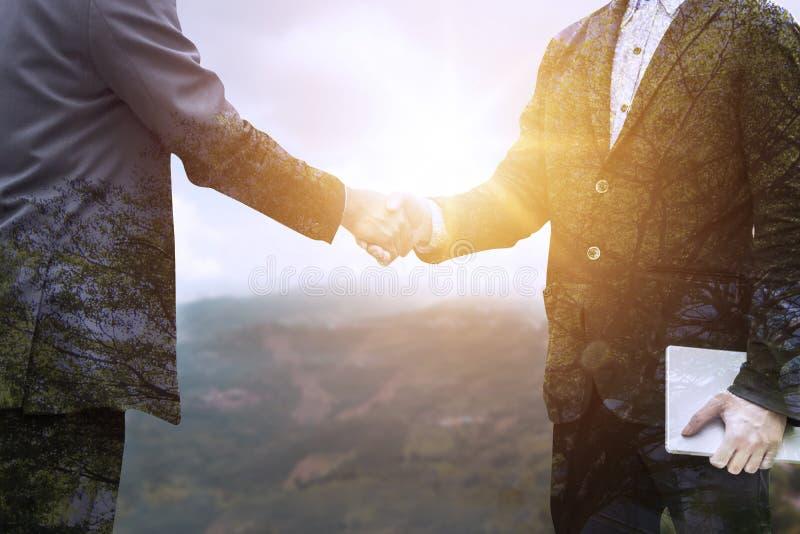 Trząść ręki i negocjuje z partnerem pomyślnym obrazy royalty free