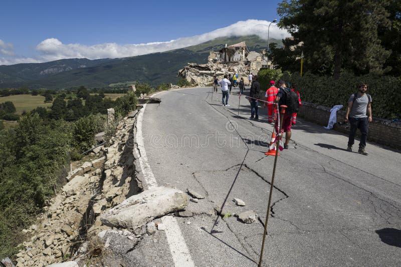 Trzęsienie ziemi uszkadzająca droga, Amatrice, Włochy zdjęcia stock