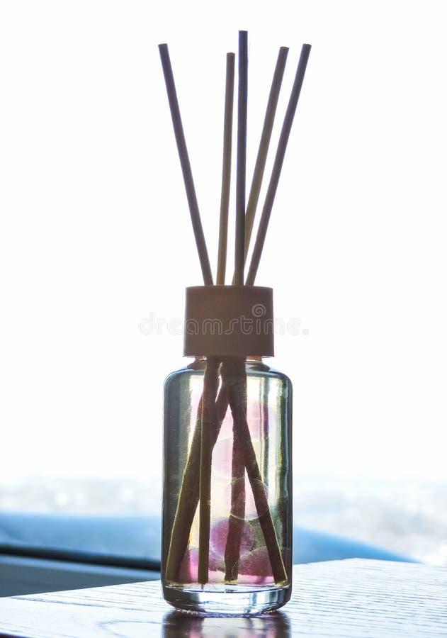 Trzcinowy freshener, zako?czenie w g?r? Aromata ciecz w szklanej butelce z trzcinowymi kijami Selekcyjna ostro?? dekoruje Lotnicz obrazy stock