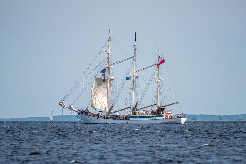 Trzebiez, Polen - 8. August 2017 - Segelschiff Zawisza Czarny segelt zum vollen Meer nach Schluss von Großsegler-Rennen 2017 in S lizenzfreies stockbild