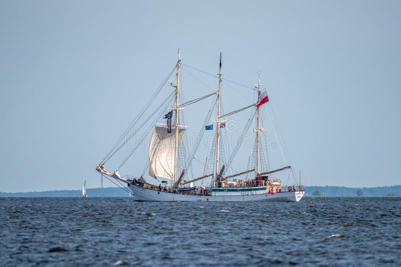Trzebiez Polen - Augusti 08, 2017 - seglingskeppet Zawisza Czarny seglar fullständigt havet, efter finalen av högväxta skepp har  royaltyfri bild