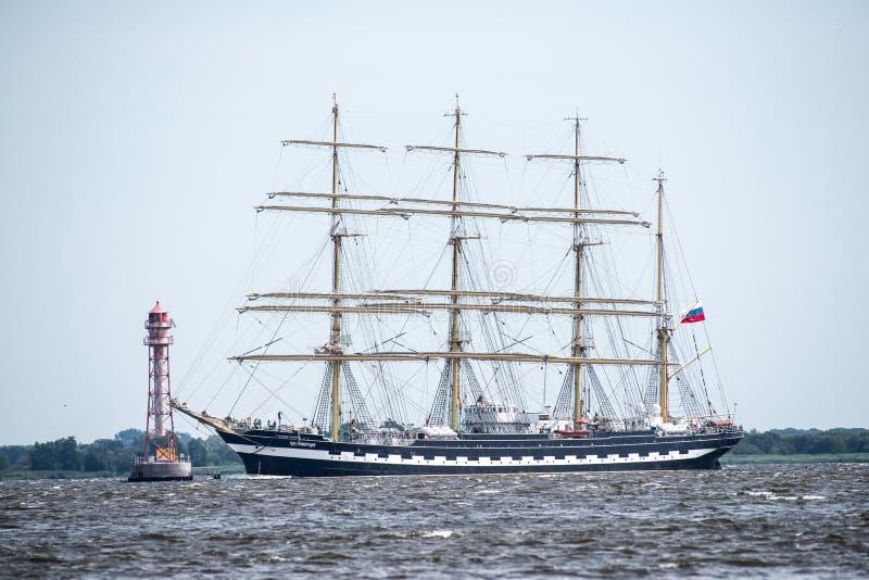 Trzebiez, Polen - Augustus 08, 2017 - de Varende zeilen van schipkruzenstern aan het volledige overzees na def. van Lange Schepen stock foto