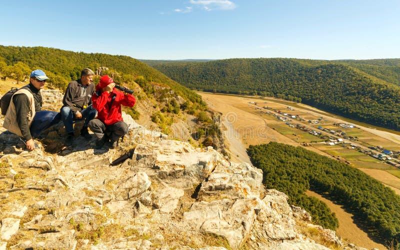 Trzech turystów siedzi na szczycie góry Ukla Kaya obrazy royalty free