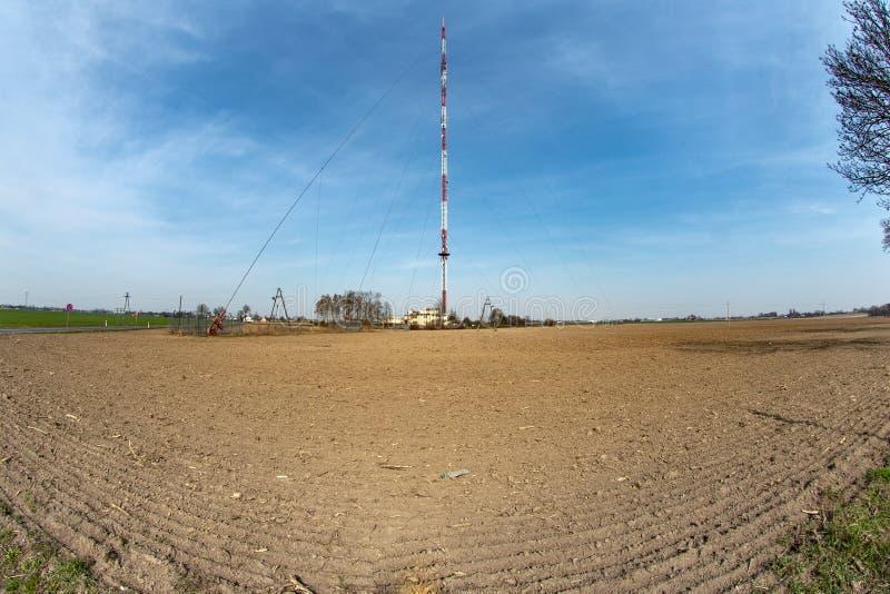 Trzeciewiec, kujawsko-pomorskie/Polen - 3 April, 2019: Hoge het uitzenden mast van terrestrische televisie in Polen royalty-vrije stock afbeelding