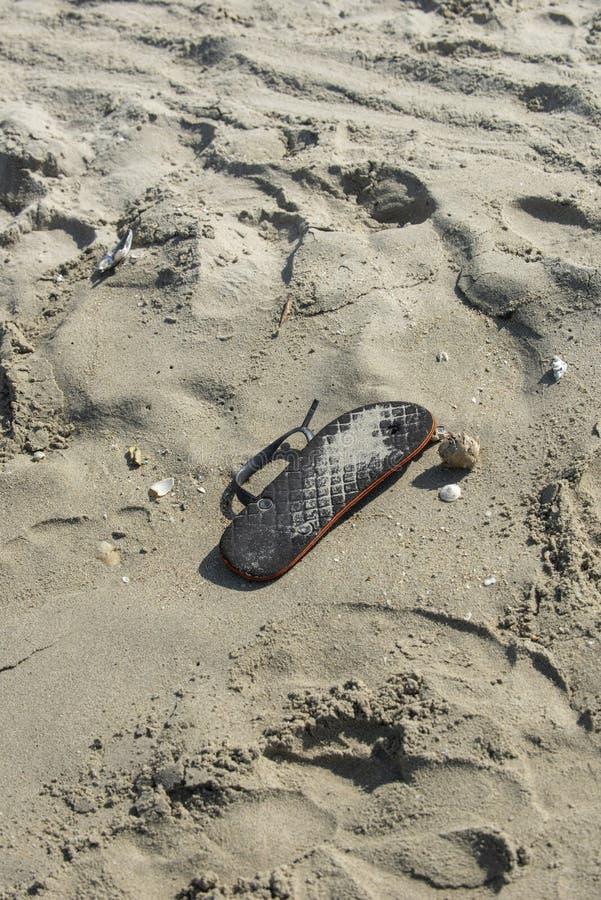 Trzepnięcie klapa zakłada niszczy na plaży Oprócz ziemi zadawala! zdjęcie stock
