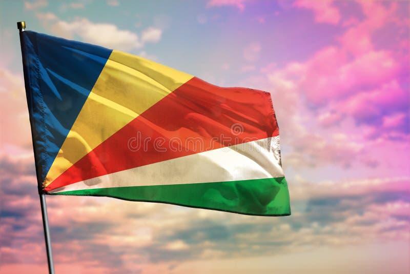 Trzepocz?cy Seychelles zaznacza na kolorowym chmurnego nieba tle Dobrobytu poj?cie fotografia royalty free