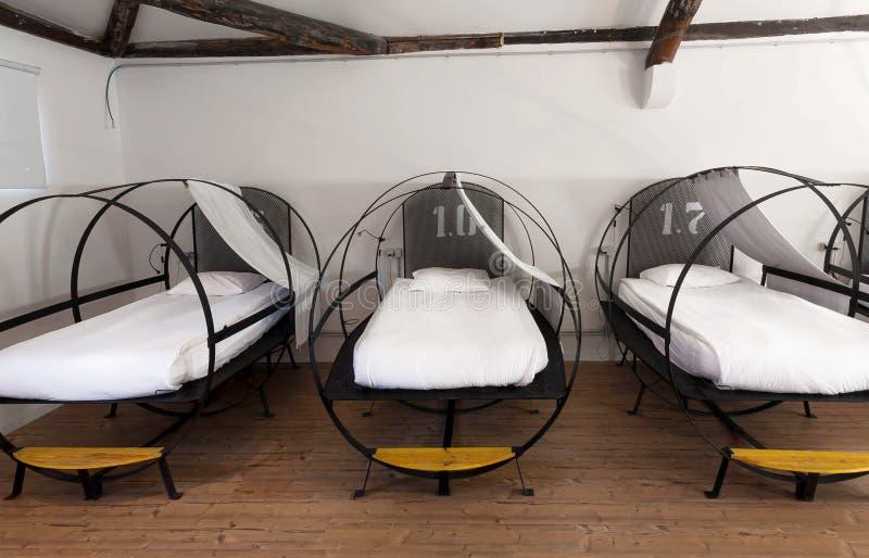 Trzy łóżka wśrodku dorm pokoju schronisko sypialnia dla uczni i turystów zdjęcia stock
