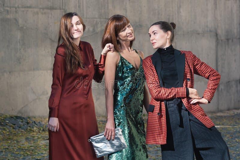 Trzy ładnej kobiety opowiada mody ulicy styl zdjęcie stock