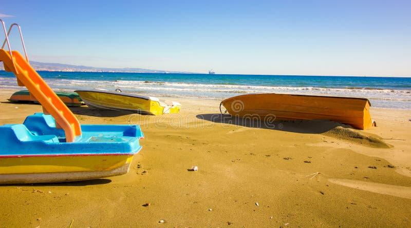 Trzy łodzi i Wodnego obruszenie na plaży na ten zima dniu, czekać na lato turystykę przyjeżdżać w ten sposób być w błękitnym morz zdjęcia stock