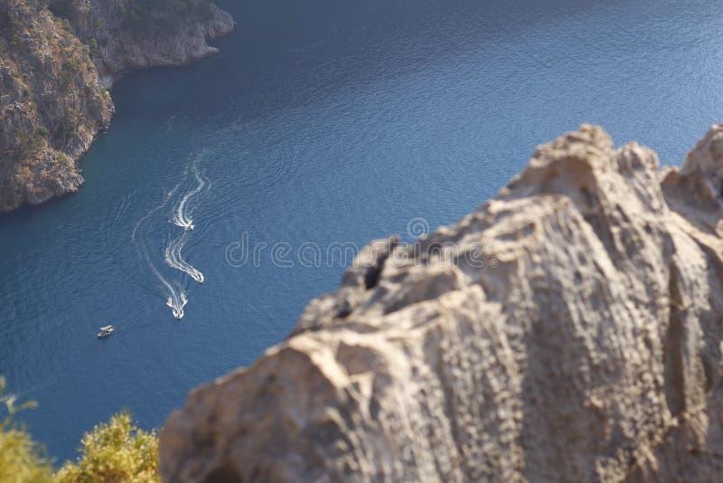 Trzy łodzi są spławowi na morzu zdjęcia stock