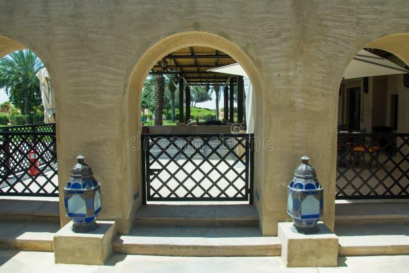 Trzy łuku z zapalniczkami w luksusowym arabskiej pustyni hotelu obraz stock