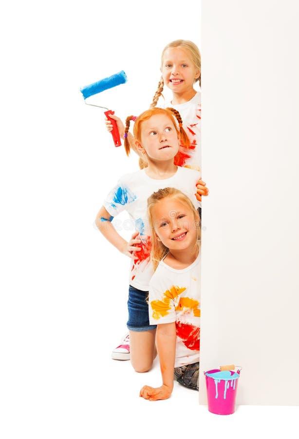Trzy śmiesznego dzieciaka w malować koszula zdjęcia stock