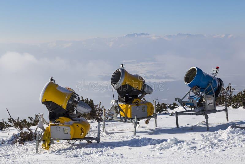 Trzy śnieżnego działa przy wierzchołkiem góra obrazy royalty free
