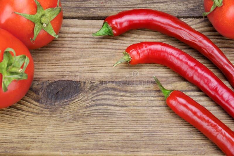 Trzy Świeży Red Hot Chili Peppers I pomidory obraz stock