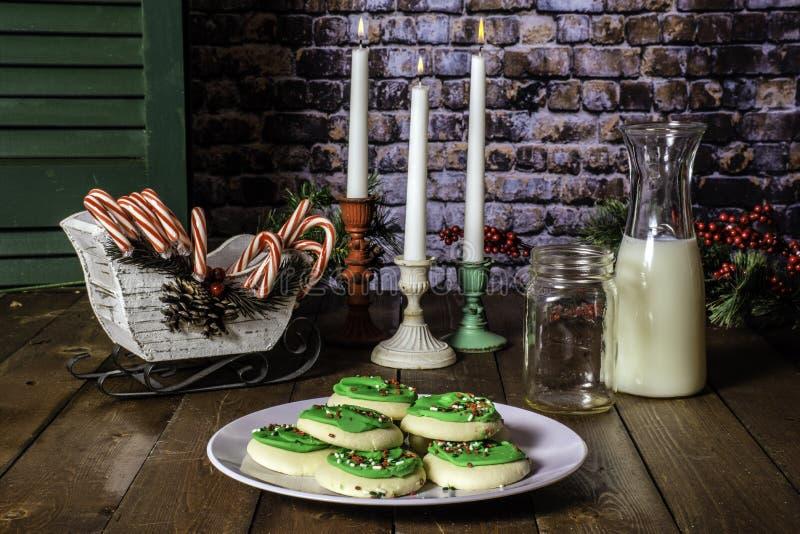 Trzy świeczki i Bożenarodzeniowych Cukrowych ciastka fotografia stock