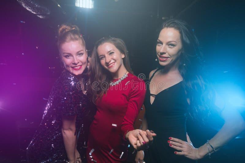 Trzy żeńskiego przyjaciela na nowym roku lub przyjęciu gwiazdkowym zdjęcia stock