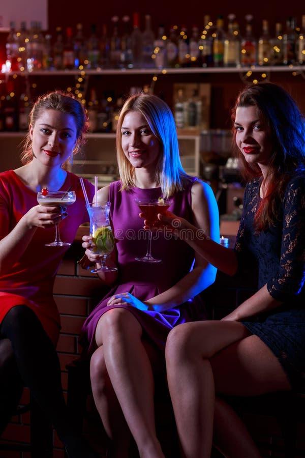 Trzy żeńskiego przyjaciela w barze fotografia royalty free